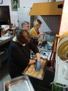 Przygotowywanie pierogów dla osób chorych i samotnych z okazji Odpustu św. Jana Kantego
